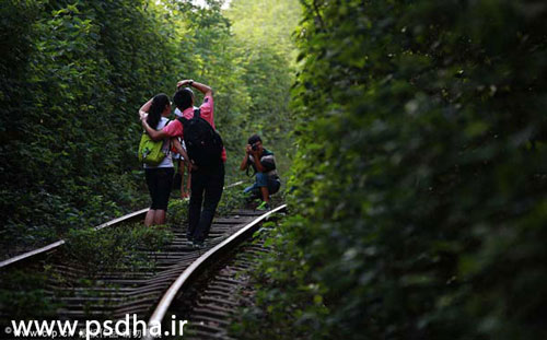 ژست عکاسی روی ریل راه آهن